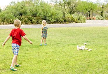 Enfants qui jouent au mölkky